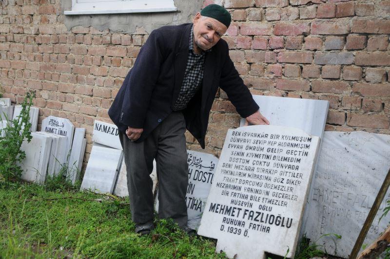 Ölmeden önce kendi mezarını taşını yaptı